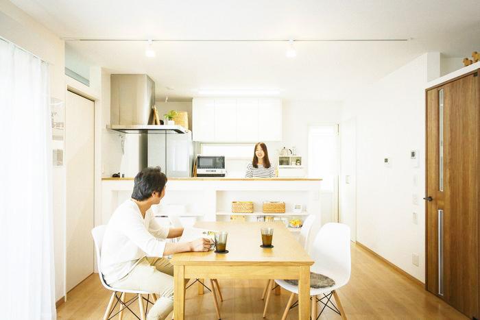 白を基調とした <br>広々としたスペースと <br>空間を分けた間取りで、<br>楽しさが広がるおうち